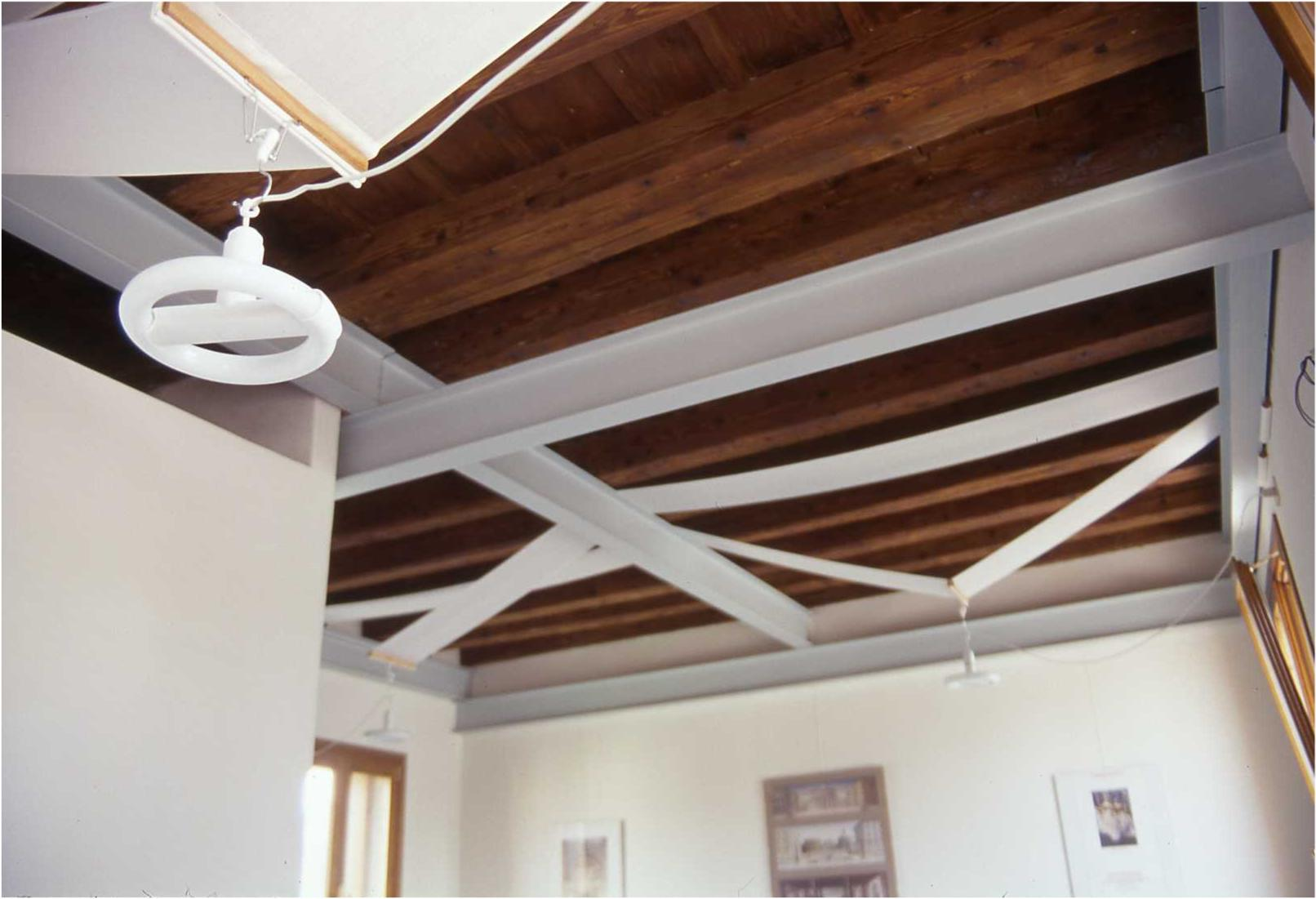 Soffitto in legno scuro: soffitto in legno scuro lampada ad arco.